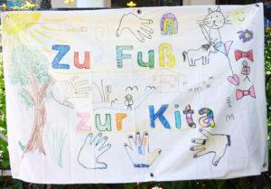 """Banner selbstgemalt: """"Zu Fuß zur Kita"""""""