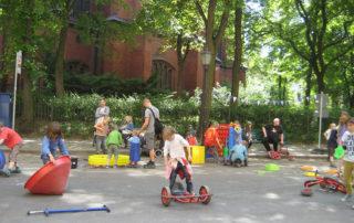 Kita-Fest: Mit Spielgeräten spielende Kinder