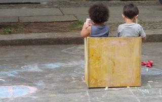 Kita-Fest: Kinder sitzen im Holzkasten