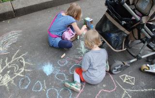 Kita-Fest: Kinder malen mit Straßenkreide